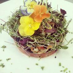 Ensalada de tomate con brotes y flores