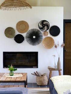 Un mur déco ethnique sans clou, ni vis Glass Kitchen Cabinets, Homemade Modern, Home And Living, Living Room, Room Decor, Wall Decor, Baskets On Wall, Plywood Sheets, Home Furniture