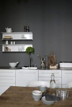 Decorar con el estante Botkyrka  de Ikea: Funcional y con mucho diseño.