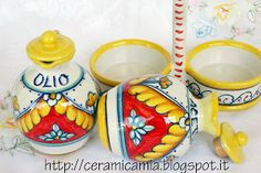 Abbellimenti con porta condimenti, containers for oil and vinegar #Maiolica #Italy http://ceramicamia.blogspot.it/2013/10/abbellimenti-con-porta-condimenti.html