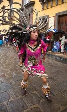 Mexican women dance in Aztec Costumes Aztec Costume, Mexican Costume, Indian Costumes, Costumes For Women, Aztec Religion, Maya, Carnival Dancers, Feather Headdress, Aztec Headdress