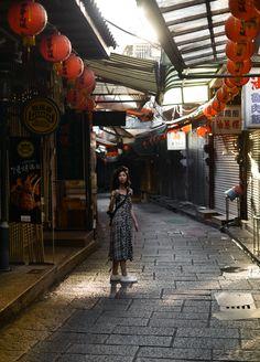 Jiufen, Taiwan / A Real Life Spirited Away Travel Pose, Travel Goals, Travel Photos, Spark Light, Taipei Travel, Beach Trip, Beach Travel, Old Street, Night Life