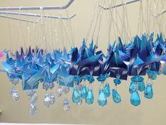 Pingente de tsuru confeccionado com papel de origami importado e peças acrílicas. Ideal como lembrancinha maternidade, batizado, aniversário, casamento, bodas, chá de bebê, open house, brindes corporativos. Também pode ser uitlizado para decorar ambientes. Mobiles, Hanukkah, Chandelier, Ceiling Lights, Wreaths, Show, Gifts, Gift Ideas, House