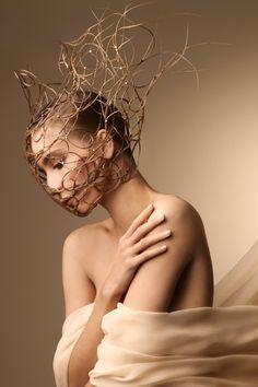 Nicht nur Krone sondern auch Maske. Egal b Maske als Versteck oder Maske als Gefängnis, Sehr geil.  Ein Sklave oder Diener oder sowas könnte auch so eine Maske aus Ästen tragen