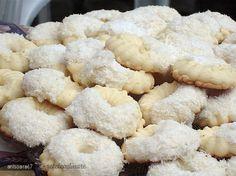 Fursecuri fragede cu ciocolata alba si cocos Romanian Desserts, Romanian Food, Good Food, Yummy Food, Fancy Cookies, Biscuit Cookies, Christmas Sweets, Food Cakes, Food Humor