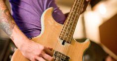 Cómo tocar acordes en un bajo. Los bajistas generalmente sólo tocan notas individuales para formar una sección rítmica sólida en conjunto con un baterista. Los bajistas que forman patrones de notas individuales tocan siguiendo la progresión de acordes de la parte de una canción que un guitarrista podría tocar, por lo que es importante tener un buen conocimiento de las ...