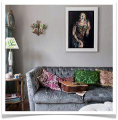 Sofá tapizado con terciopelo gris