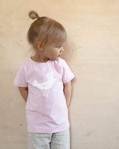 Lintu t-paita luomupuuvillaa. Käsin painettu ja ommeltu pajallamme Suomessa. Girls Dresses, Flower Girl Dresses, Onesies, Wedding Dresses, Baby, Kids, Clothes, Fashion, Dresses Of Girls