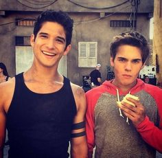 Tyler Posey and Dylan Sprayberry on the set of Teen Wolf! I still can't believe I'm older than Dylan Sprayberry by a year! He looks way older than me! Teen Wolf Boys, Teen Wolf Dylan, Teen Wolf Cast, Scott From Teen Wolf, Scott Mccall, Tyler Posey, Charlie Carver, Dylan Sprayberry, Daniel Sharman