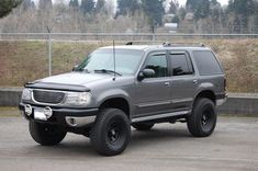 In this article, we will show you Ford Explorer 33 inch tires vs and tell which lift height is required to install them on your or generation model. Required tire size and and suspension spacer lift options. Ford 4x4, Car Ford, Ford Trucks, Lifted Ford Explorer, Ford Explorer Sport, Ford Off Road, Ford Explorer Limited, Mercury Mountaineer, Ford Expedition