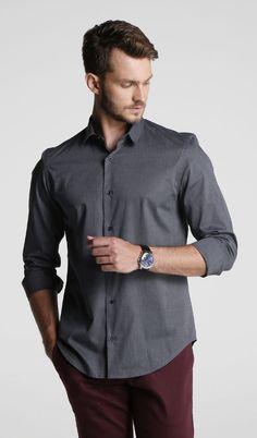 Look masculino com camisa social cor grafite, calça vinho e relógio. Fashion Poses, Hot Guys, Feminine, Red Things, Men Shirt, Mens Fashion, Shirt Dress, My Style, Mens Tops