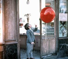 Another still from Le Ballon Rouge