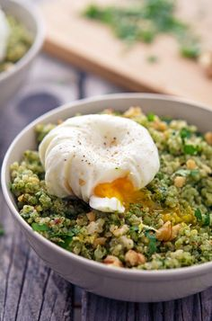 Quinoa Kale Pesto Bowls with Poached Eggs - sounds easy and is nutritious. Vegetarian Recipes, Cooking Recipes, Healthy Recipes, Cooking Tips, Plats Healthy, Kale Pesto, Pesto Salad, Vegan Recipes, Side Dishes
