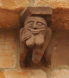 Hombre de aspecto grotesco masturbándose. Iglesia de San Martín de Elines (Cantabria), siglo XII