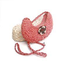 Bolsa de passeio vermelha II  Bolsa artesanal confeccionada da Fibra do Buriti.  Peça única, tecida à mão;   Forrada com tecido;  Fechamento com zíper;  Alça trançada;   Dimensões aproximadas:   Comprimento parte maior: 24 cm  Largura fundo e laterais: 3 cm  Altura centro: 12 cm  Alça: 64 cm