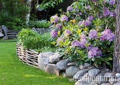 Istutusten ja nurmikon rajaus - Kotipuutarha Outdoor Living, Outdoor Decor, Recycled Materials, Garden Planning, Stepping Stones, Outdoor Gardens, Recycling, Home And Garden, Backyard