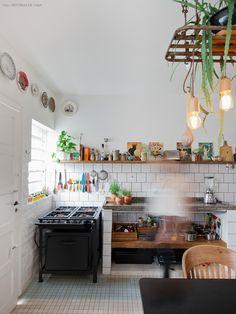 Nessa simpática casa de vila, a decoração é feita com materiais reaproveitados e móveis herdados de família. Conheça e inspire-se.