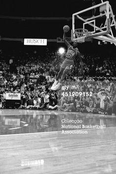Fotografia de notícias : Michael Jordan of the Chicago Bulls attempts a...