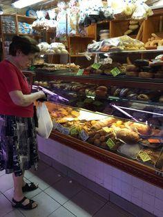 Una de Las  panaderías en el mercado. Los pastelillos famosos es la enseimada, las cocadas, y el relleno de cabello de ángel.