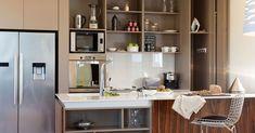 Vivienda Life Hack (Estilo Pilar 2017) / César Stivaletta y Carla Belussi | Arquimaster Open Kitchen, Life Hacks, Kitchen Cabinets, Table, Furniture, Home Decor, Peek A Boos, Kitchen Built Ins, Square Meter