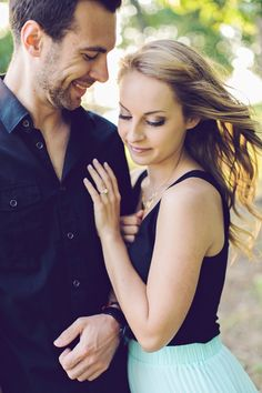 The perfect engagement photo? We think so! Image via @amynicolephoto | http://www.weddingpartyapp.com/blog/2014/10/21/sweet-outdoor-engagement-by-amy-nicole-photography/