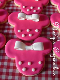 Minnie Cookies... these are incredibly cute!!! Maybe when I feel like being creative/baking I will make these for my niece