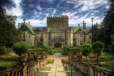 Hatley Castle in Colwood (near Victoria on Vancouver Island) in British Columbia, Canada Beautiful Castles, Beautiful Places, Palaces, Photo Chateau, Hatley Castle, Castle Parts, Famous Castles, 3d Studio, Medieval Castle