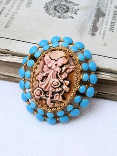 superbe broche ancienne camée - céramique métal doré - fée elfe bleu turquoise marron rose : Broche par poppy-in-the-sky