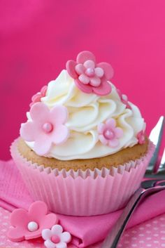 Sweet cupcake decorating idea - with flowers - Flower cutter plungers - cupcake cases - sugar paste and food coloring in their store - www.BakaDekorera.se