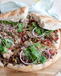 Recept: Turks brood met pittig gehakt en chilisaus Healthy Snacks To Make, Healthy Recipes, Tapas, Vegetarian Recepies, Confort Food, Chili Sauce, Fast Food, Carne Picada, Diy Food