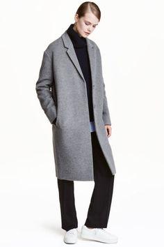 カシミヤブレンドコート: 最高品質。ウールとカシミヤのソフトな混紡素材を使用した膝丈コート。ノッチラペルが付いたデザイン。フロントは隠しボタン留め。ドロップショルダー。サイドポケット付き。裏地なし。