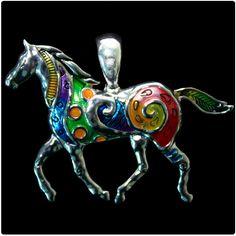 Pingente para Colar Colored Horse Pingente para colar em formato de cavalo feito em diversas cores. Acessório country que combina com camisetes femininas, camisas ou blusinhas em cores neutras. Não deixe de acompanhar as novidades do mundo western com todo o estilo das Lojas Cowboys.