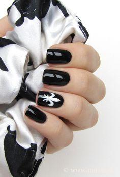 Black and white fleur-de-lis nail art by Mari #nailart #fleurdelis