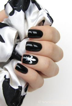 Black and white fleur-de-lis nail art by Mari #nailart #fleurdelis