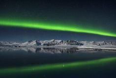 Titulo da foto: Northern Lights over Jokulsarlon, Iceland | Aurora Boreal sobre Jokulsarlon, na Islândia, registrada por Giles Rocholl.