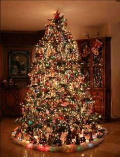 hese ideas are worth trying this time on the Christmas. Your tree would garner more praises than the readymade ones. Share these amazing and quick Christmas tree ideas with others to make your Christmas tree best in the town. Types Of Christmas Trees, Beautiful Christmas Trees, Christmas Scenes, Christmas Mood, Noel Christmas, Christmas Tree Decorations, Christmas Lights, Christmas Tree With Train, Simple Christmas