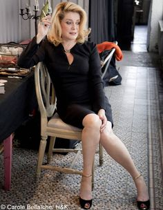 Catherine Deneuve ✾ all I know is, she's an older French actress who is always killing it Catherine Deneuve, Cleopatra Beauty Secrets, French Beauty Secrets, Women Smoking, Girl Smoking, Christian Vadim, Moda Retro, Mature Fashion, French Actress