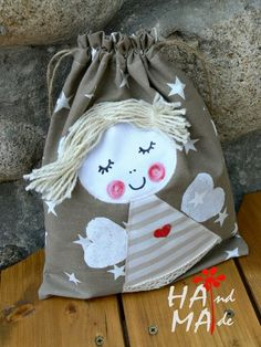 The video consists of 23 Christmas craft ideas. Sewing Crafts, Sewing Projects, String Bag, Fabric Bags, Baby Kind, Kids Bags, Cloth Bags, Kind Mode, Diy For Kids