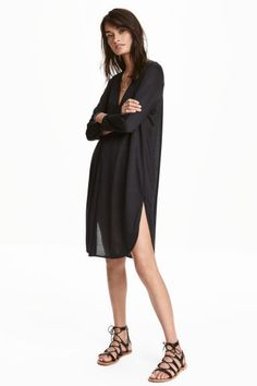 Knee-length tunic in airy jersey with a V-neck, button placket, long sleeves and a rounded hem with slits in the sides. H&m Fashion, Fashion Online, Luxury Fashion, Vestido Casual, Long Tops, My Wardrobe, Black Women, Casual Shorts, Models
