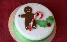 A delightful Christmas themed gingerbread man cake. A how-to tutorial on decorating a traditional fruit cake... Make your Christmas cake more appealing and festive and cute by designing it like this, store brought or home baked, either way you'll have some fantastic results #free #tutorial #recipe #gingerbread #man #christmas #cake #sugarpaste #fondant #decorate #bake