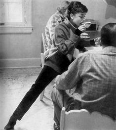 Audrey Hepburn drinking tea in her classic black skinnies. Audrey Hepburn Outfit, Audrey Hepburn Mode, Aubrey Hepburn, Golden Age Of Hollywood, Classic Hollywood, Old Hollywood, Life Magazine, Estilo Gamine, Breakfast At Tiffanys