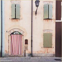 """""""Porte Romagnole"""" La #PicOfTheDay #turismoer di oggi vaga dolcemente tra i vicoli di #Cesenatico. Complimenti e grazie a @iena70 / """"Doors of #Romagna"""" Today's #PicOfTheDay #turismoer pleasantly wanders through the alleys of #Cesenatico. Congrats and thanks to @iena70"""