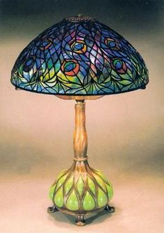 Tiffany Peacock Table Lamp The first Tiffany lamp was created around 1895 during the Art Nouveau era. Art Nouveau was known for its use of iridescent glass and semi-precious stones in its design creations. Tiffany Stained Glass, Stained Glass Lamps, Tiffany Glass, Leaded Glass, Stained Glass Windows, Mosaic Glass, Stained Table, Window Glass, Mosaic Tiles