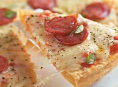 Receita de Pizza de batata - pizza grande (tipo família) com azeite e coloque a massa de fôrma de maneira que a borda fique mais grossa. Pincele a massa com o molho de...