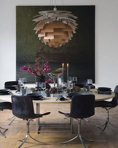Thomas Schlosser sælger danske møbel-klassikere og hans smukke julebord bærer præg af dette. Følg linket i vores bio og kom med indenfor i det fantastiske jule-hjem ❤️ #fotoaf #kirabrandt #thomasschlosser #roxy #klassik #interior #design #christmas #georgjensen #ph #koglen #louispoulsen #kobber