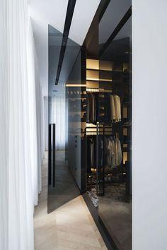These closet doors are glass. Luxe combinatie van inloopkast en badkamer door Studio Niels