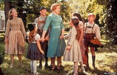 Julie Andrews with actors playing the von Trapp children in The Sound of Music The Sound of Music was released 50 years ago - but what did the real von Trapp family portrayed in the move think of it? Sound Of Music Family, Sound Of Music Movie, Music Do, Music For Kids, 50s Music, Music Lyrics, Julie Andrews, Olivia Hussey, Old Movies