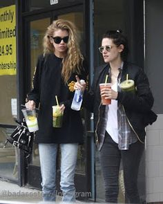 Kristen Stewart & Girlfriend Stella Maxwell Enjoy Smoothie Date!: Photo Kristen Stewart & Stella Maxwell have made one of their first public outings as a couple! The actress and the Victoria's Secret model grabbed… Kristen Stewart Stella Maxwell, Kristen Stewart Girlfriend, New Girlfriend, Kirsten Stewart, Celebrity Couples, Celebrity Style, Star Clothing, Urban Style Outfits, All Black Outfit