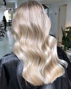 159 Likes, 2 Comments – Edwards And Co. Education ( on In… - Blonde Hair Balayage Ombré, Balayage Hair Blonde, Beige Blonde Hair, Bright Blonde, Wavy Hair, Dyed Hair, Hair Inspo, Hair Inspiration, Hair Color Guide