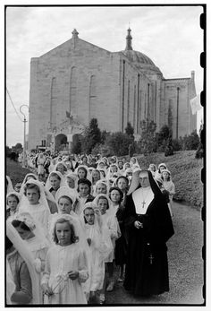 Photo by Henri Cartier-Bresson, Ireland 1952 Catholic nun and her girls making… Henri Cartier Bresson, Candid Photography, Vintage Photography, Street Photography, Holy Communion Dresses, First Communion, Magnum Photos, Henri Matisse, Old Photos